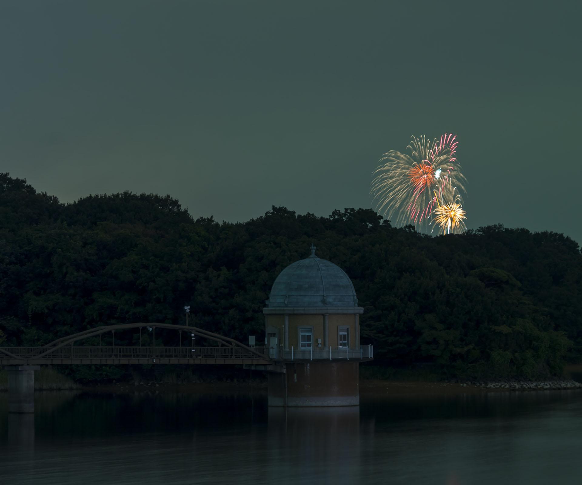 多摩湖から見る花火大会