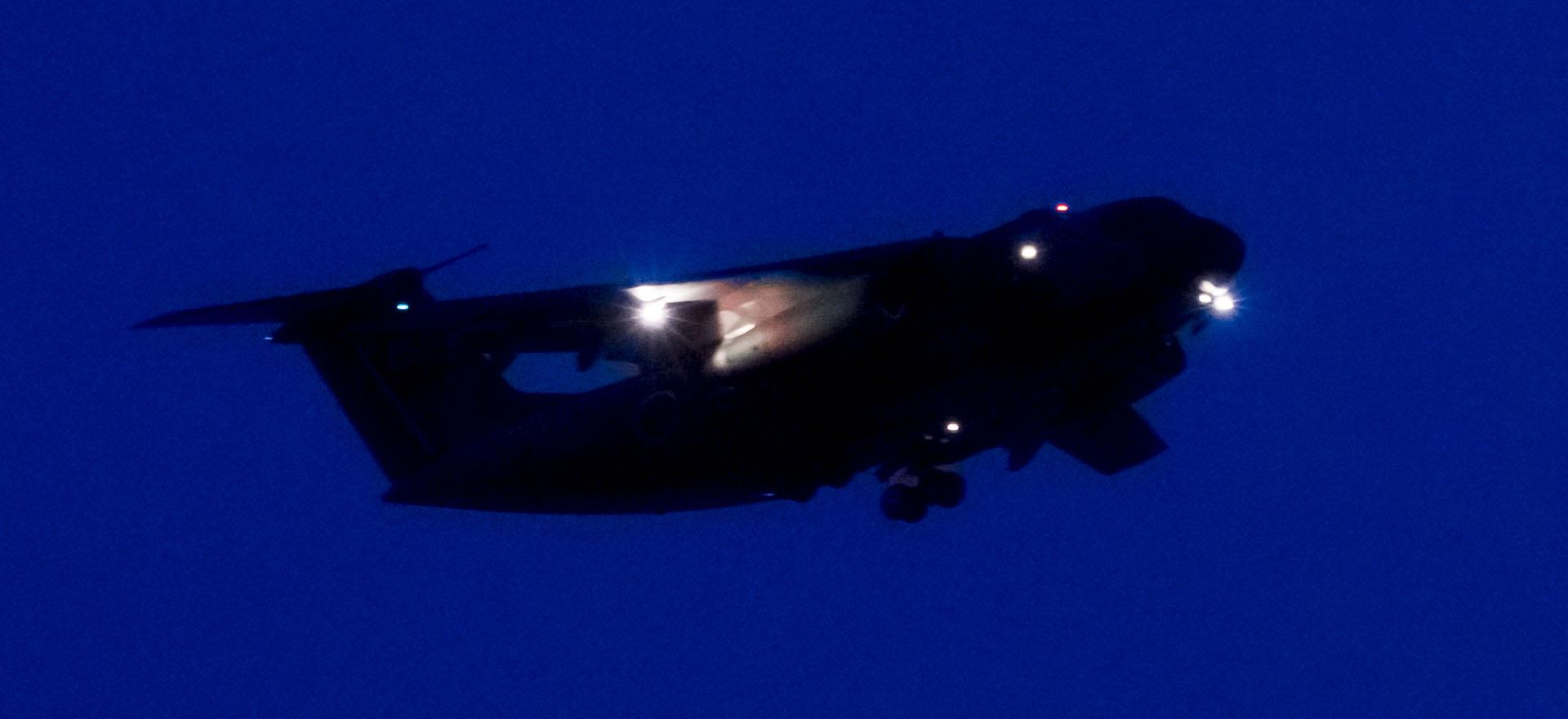 日没後の夜間飛行訓練を試し撮り